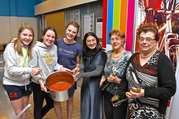De winnende leerlingen Sam Crabbe, Margaux Hamerlinck, Hylke Geerardijn en Merel Van Isacker met hun helpers.