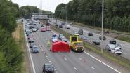 Motorrijder rijdt in op signalisatiewagen en overlijdt op Ring rond Brussel