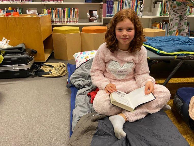 Noëmi (8) mag zaterdagmorgen haar verjaardag vieren in de bibliotheek.
