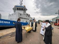 Priesters in Kampen zegenen Sleepboot Wenna
