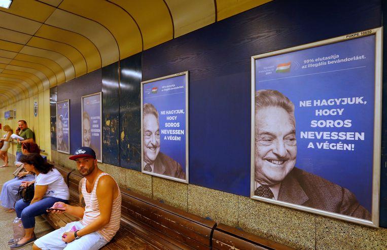 De omstreden posters met daarop George Soros en de tekst: 'Laat Soros niet het laatst lachen'. Beeld REUTERS