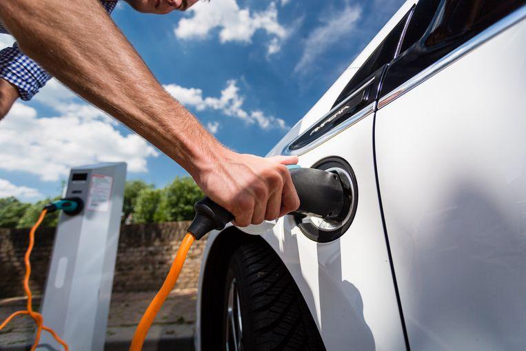 Wie hybride of elektrisch rijdt, laadt zijn wagen niet altijd met groene stroom op.