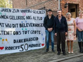 Robert (72) en Monique (66) vijftig jaar getrouwd: Familie hangt spandoek aan poort om hen toch te feliciteren