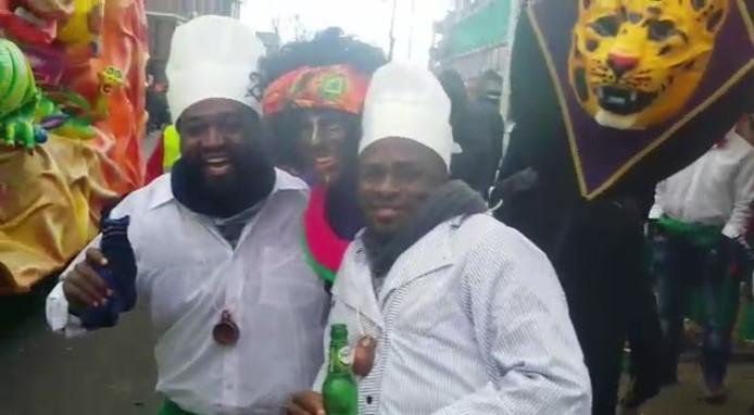 Oegandees Fosca Musirike (links) en zijn collega vonden de uitdossing van De Sjeesköttels totaal niet kwetsend. Ze gingen er graag mee op de foto.