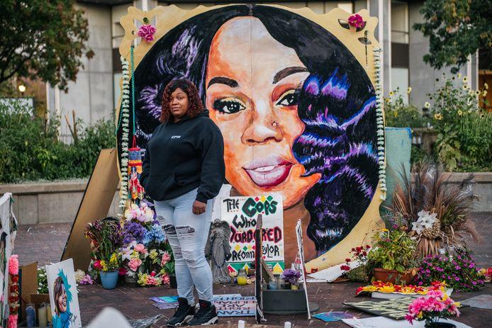 Tamika Palmer, de moeder van Breonna Taylor, bij een muurschildering van haar dochter.