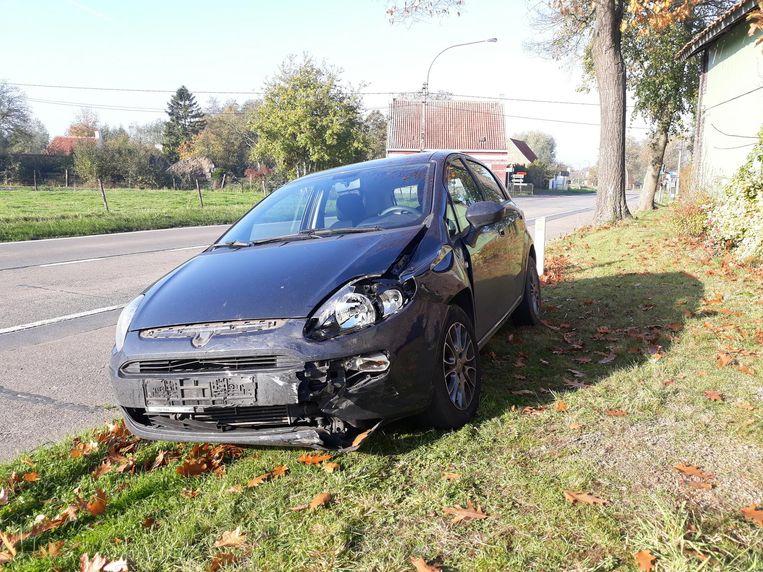 De Fiat liep heel wat schade op en moest getakeld worden.