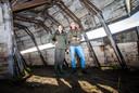 Boswachter Chantal van Burg en Natuurmonumenten-vrijwilliger Gert Huijzers verkennen de nieuwe uitkijkhut Korendijkse slikken.