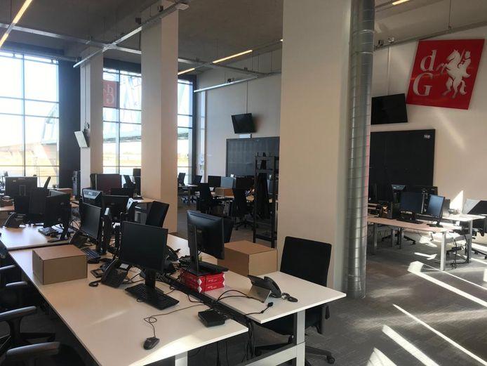 Een lege redactievloer in Nijmegen. Ook op de redactie van de Gelderlander wordt veelal thuis gewerkt.