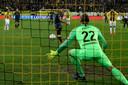 Dusan Tadic schiet een strafschop langs Vitesse-doelman Remco Pasveer tijdens de bekerwedstrijd Vitesse-Ajax.