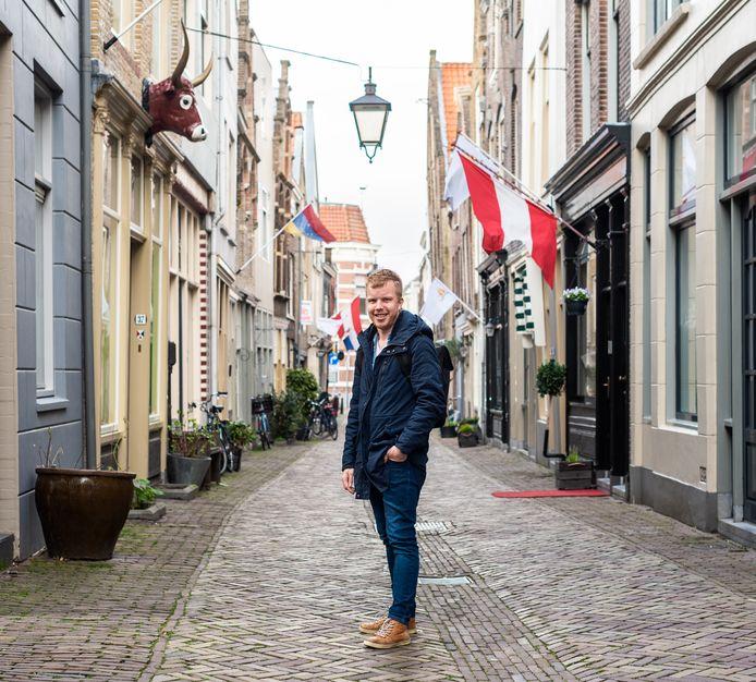 """Erik van der Waerden zit samen met zijn vriendin thuis. ,,Het is toch gezelliger met z'n tweeën."""""""