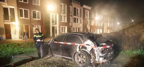 Politie: 'Geen verband tussen twee autobranden', voertuigen Tiel vermoedelijk wel aangestoken