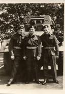 Blair Cameron (links) overleefde de aanslag op de Canadese tank. Naast hem twee onbekende Canadese soldaten.