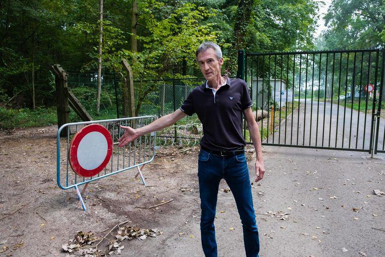 Schepen Stefan Vandevenne toont de asbesthoudende verharde weg langs de 'slipschool' in het Hellebos.