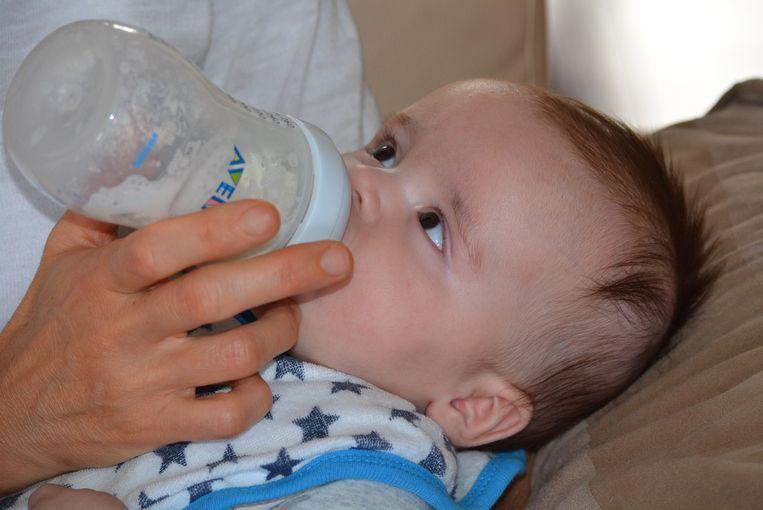 Baby krijgt flesje.