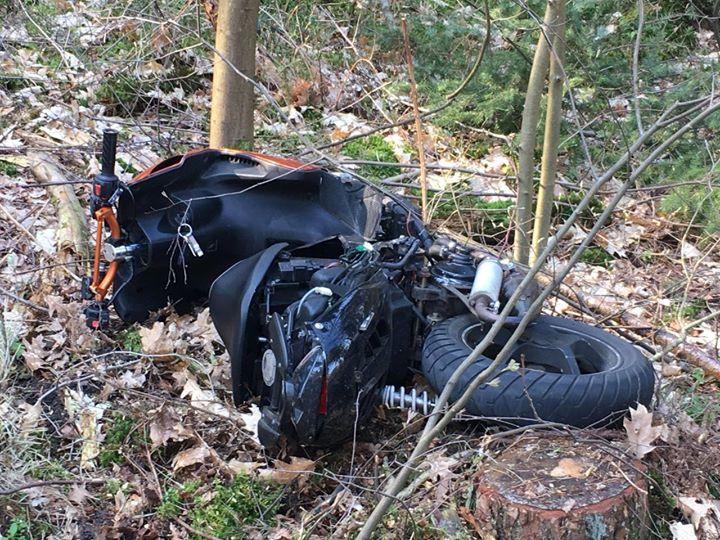 De scooter van de 19-jarige man kwam uiteindelijk in de berm terecht.