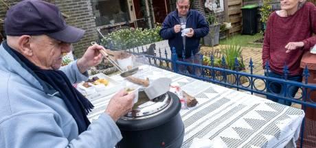 Erwtensoep zorgt voor sociaal contact op straat in Oost-Souburg