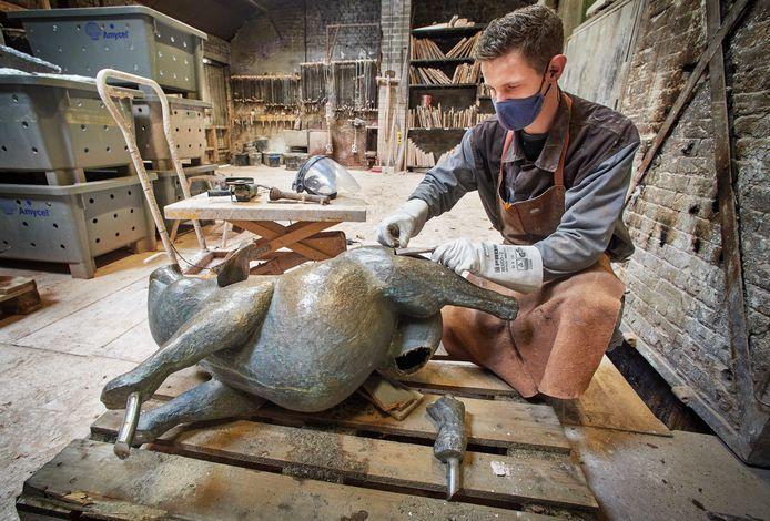 Het Osse bronzen varkentje dat van zijn sokkel is gereden ligt nu bij Gieterij Custers in Grathem (Limburg). Op de foto Rob Korten.