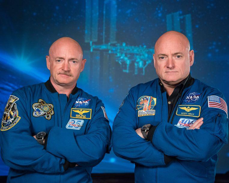 Mark en Scott Kelly, beiden astronaut en proefpersoon van het tweelingonderzoek. Mark bleef op aarde, terwijl Scott voor 340 dagen naar de ruimte ging. Beeld Robert Markowitz - Nasa