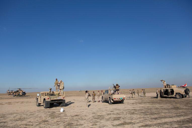 Iraakse legervoertuigen in de provincie Anbar. Beeld AP