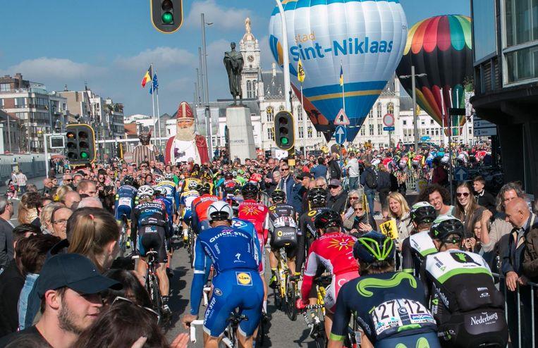 De renners draaien de Grote Markt van Sint-Niklaas op tijdens de Ronde vorig jaar.
