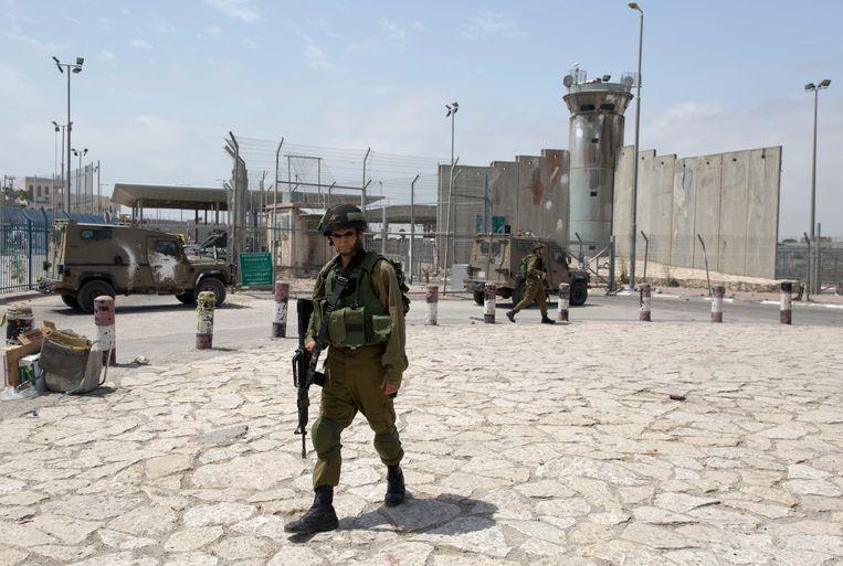 Israëlische soldaten bewaken de grens bij Qalandia. Beeld AP