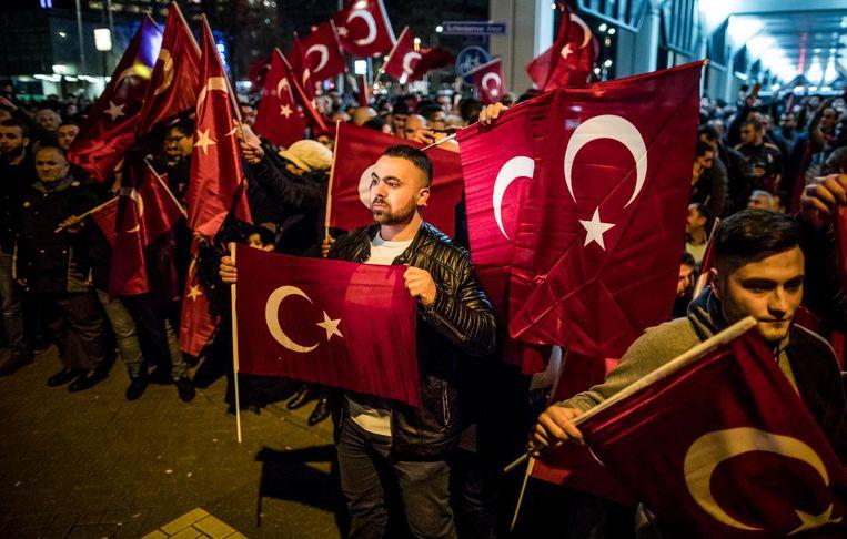 Turkse demonstranten voor het Turkse consulaat in Rotterdam. Beeld Freek van den Bergh