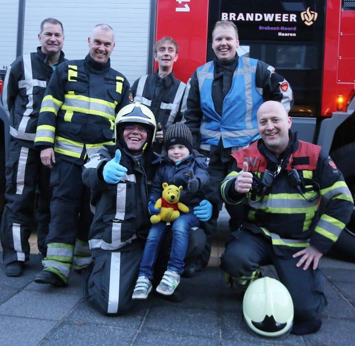 Met de troostbeer tussen de brandweermannen was Niels het leed snel vergeten.