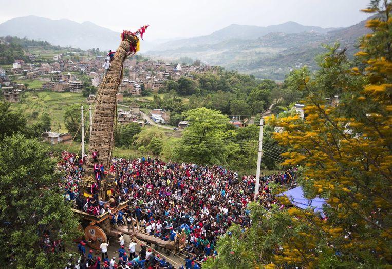 Het voertuig van de regengod, zoals dat vrijdag van Bungamati naar Kathmandu werd getrokken. Beeld epa