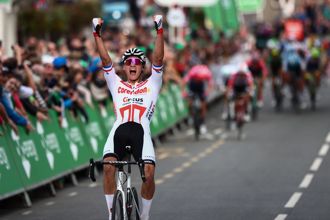 Mathieu van der Poel wint op imponerende wijze in Groot-Brittannië. Op de achtergrond kunnen nog een aantal renners net een plaatsje op de foto veroveren.