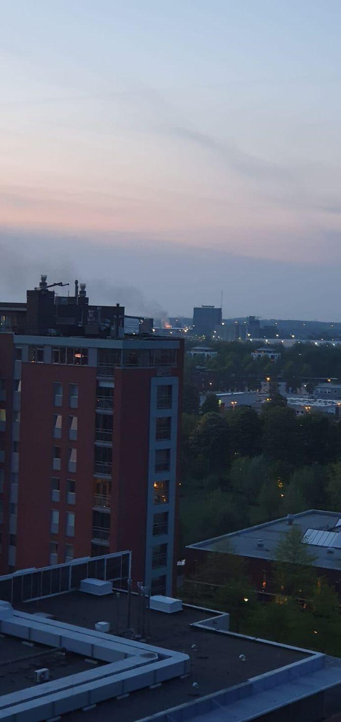 Rookpluim van afvalbrand aan de Rietveldenkade in Den Bosch.