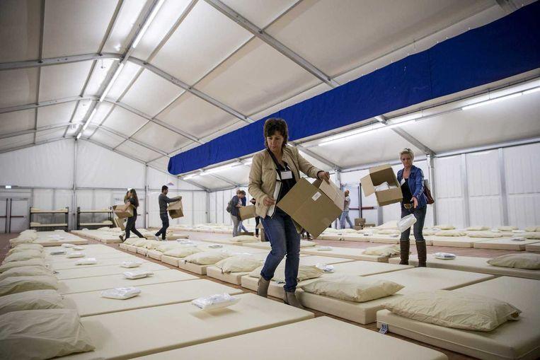 In Ter Apel zijn medewerkers bezig met het uitbreiden van de capaciteit van het aanmeldcentrum voor asielzoekers. Beeld ANP