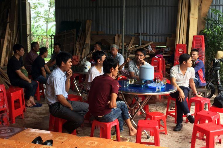 Nabestaanden van Nguyen Dinh Luong. De 20-jarige Vietnamees is een van de slachtoffers uit de koeltruck. Beeld EPA