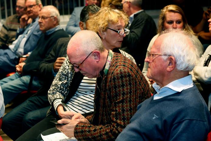 Jack Oostrum (PvdA) bestudeert de uitslag. Naast hem is Everdien Hamann (GorcumActief) in gesprek.