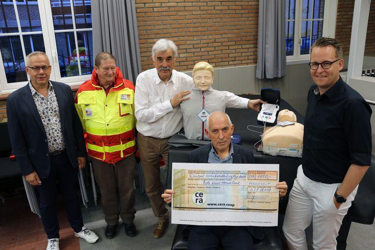 Willy Torfs, Eric Van Der Vloet, Francis Van Leemputte, Roger Lenaerts en burgemeester Stijn Raeymaekers waren aanwezig bij de overhandiging van de cheque.