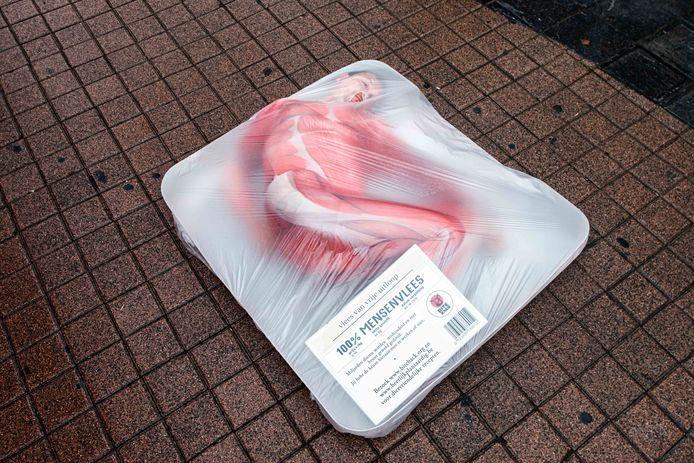 Actie van Bite Back op de Meir waarbij een levende persoon zich laat inpakken als vlees.