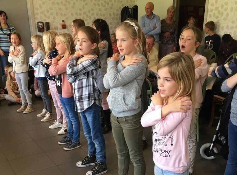 De meisjes van het derde en vierde leerjaar dansten voor de rusthuisbewoners.