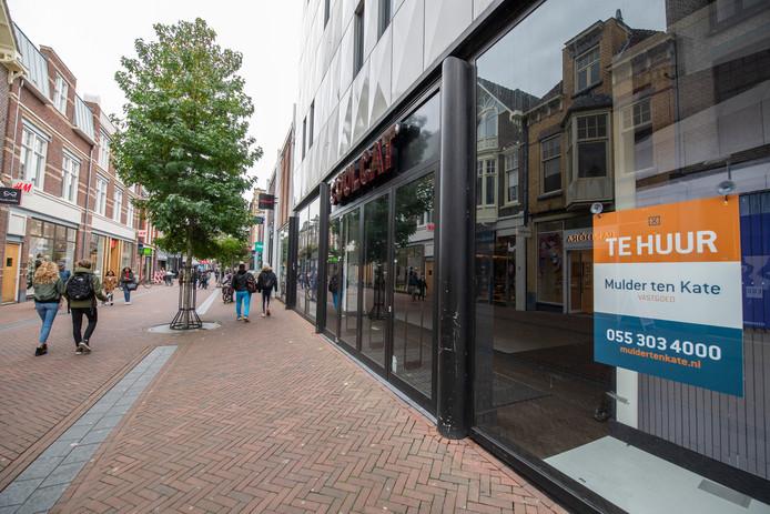 Hoge huren zorgen ervoor dat de leegstand op toplocaties in de binnensteden van Apeldoorn, Zwolle en Deventer toeneemt. Winkelformules staan niet meer in de rij om zich hier te vestigen.