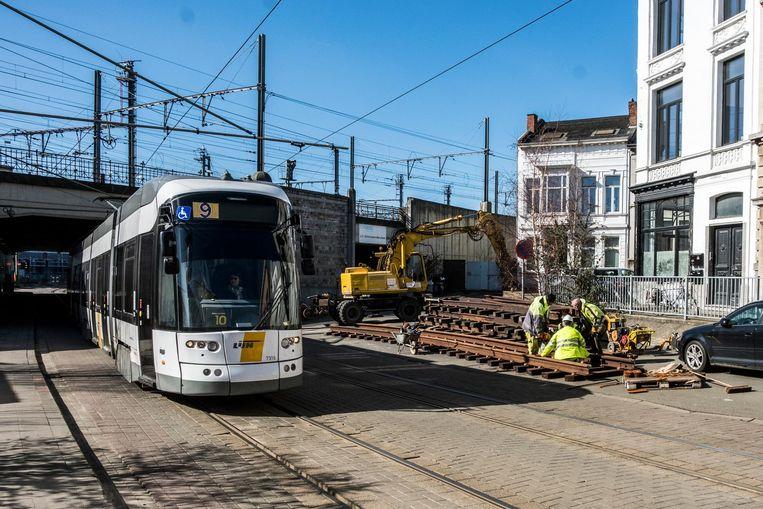 In de Guldenvliesstraat in Berchem moeten trams door grote werken beurtelings over één spoor rijden.