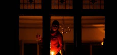 Julia Bos uit Zeewolde is een survivor: met zaklamp voor de spiegel tijdens derde stroomstoring binnen twee maand