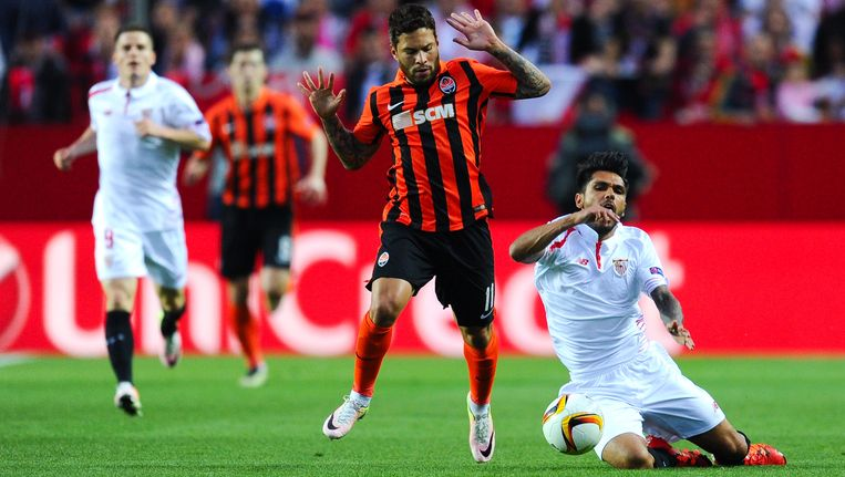 Tremoulinas (rechts) gaat neer na een duel met Marlos in het Europa League-duel tegen Shakhtar.