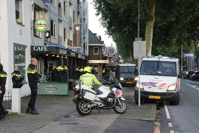 Omdat de Feyenoord-supporters weigerden de kroeg te verlaten, ontruimde de Mobiele Eenheid (ME) de zaak.