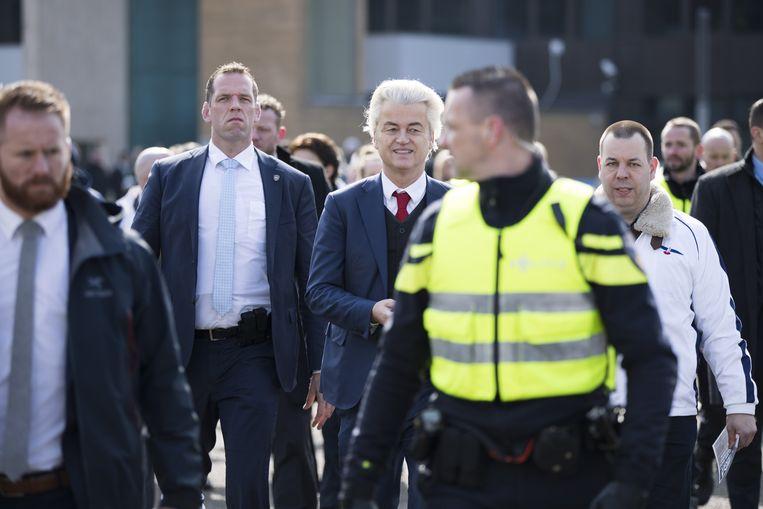 PVV-leider Geert Wilders deelt samen met partijgenoten flyers uit op de jaarlijkse St-Joep braderie in Sittard.