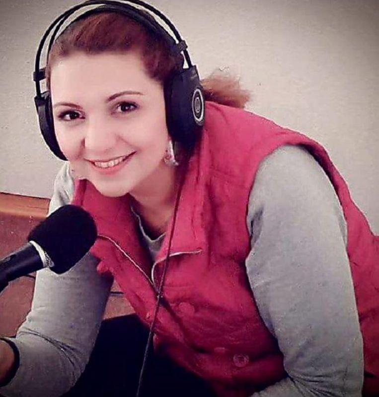 Linda Bilal (37) is sinds anderhalf jaar in Nederland. Eerder schreef ze voor de Correspondent artikelen over haar integratieproces. In Aleppo presenteerde ze een ochtendradioprogramma. Bijgaande foto is gemaakt op de laatste werkdag. Beeld