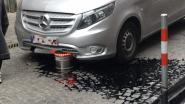 Verdwijnpaaltje maakt zoveelste slachtoffer: Mercedes rijp voor autokerkhof