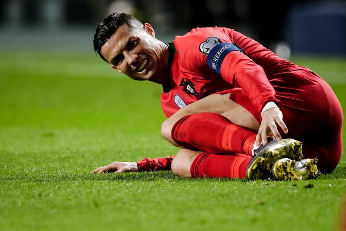 Cristiano Ronaldo viel uit met een hamstringblessure tegen Servië.