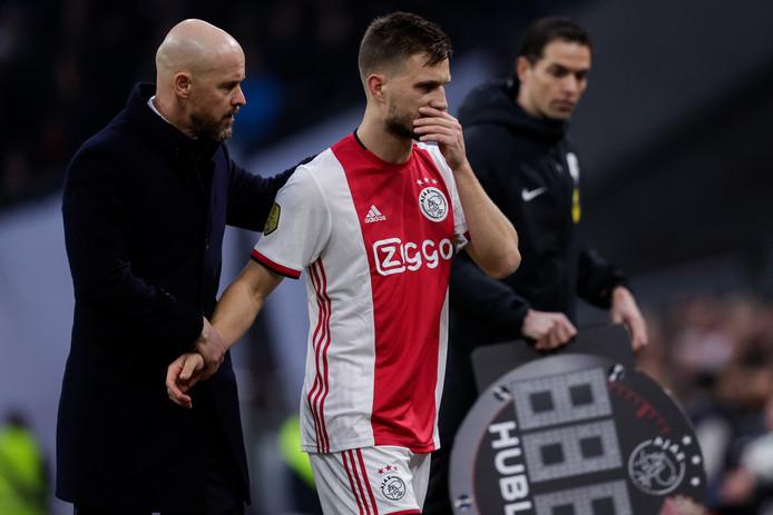 Joël Veltman verlaat geblesseerd het veld tijdens de topper tegen PSV.