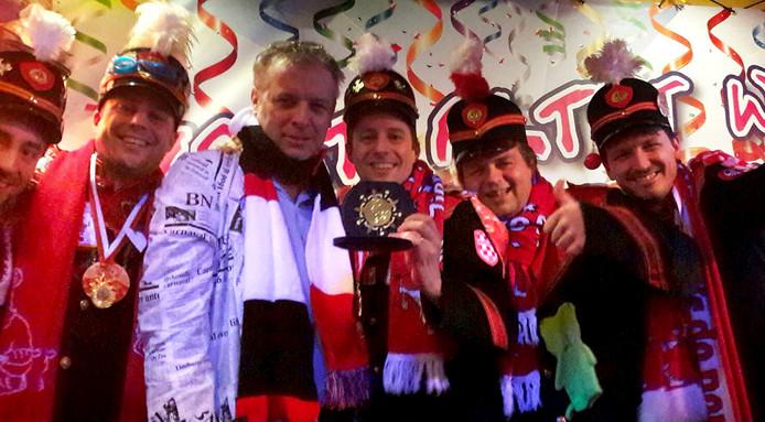 Uitreiking van Carnavalskraker prijs aan Dun Tjappies in 't Wapen van Roosendaal.