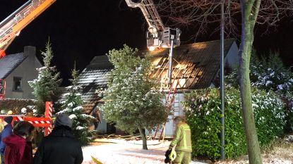 Een dak, een schoorsteen en een tuinhuis: brandweer krijgt drie oproepen in één uur