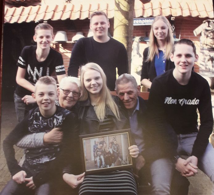 Ben en Nelly van de Ven bij hun 50-jarige bruiloft met de zes kleinkinderen