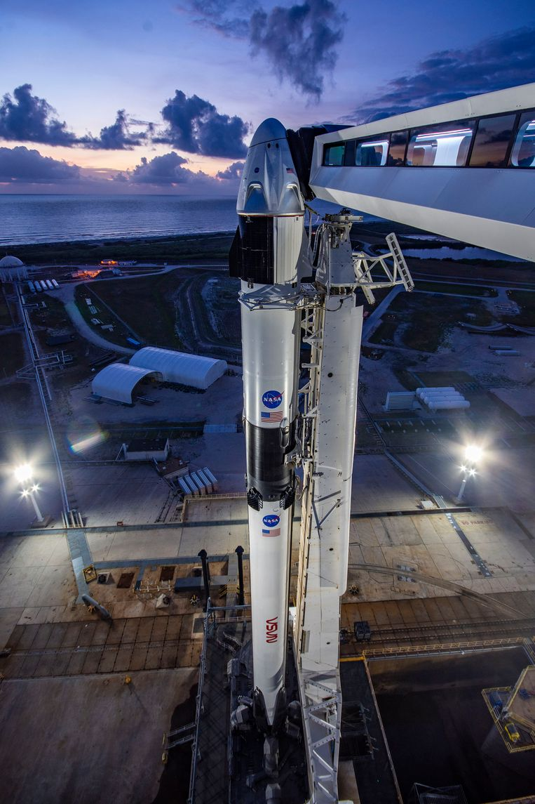 De Crew Dragon en de Falcon 9-raket van SpaceX zijn klaar voor hun eerste bemande missie. Beeld SpaceX